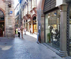 Shopping a Lucca